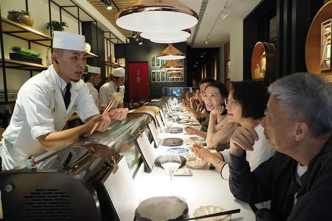 五郎时食的厨师与客人热络地互动,营造出私人招待所的氛围。(图/林格立提供)