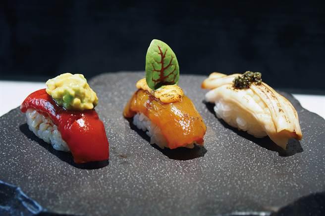 消费者吃到鲔鱼酪梨握寿司、炙烧辣味旗鱼、象拔蚌佐鱼子酱握寿司的反应是「很像」。(图/林格立提供)