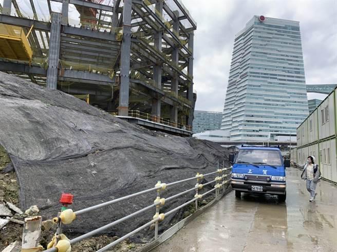 台北市南港工地工區挖出含氨土方,北市環保局已要求停挖,土方暫置且均以覆蓋及太空包方式處理。(台北市環保局提供/張立勳台北傳真)