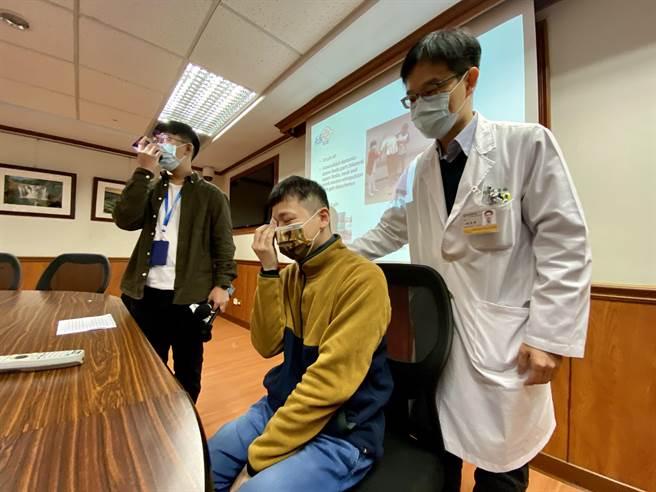 陳先生提起過去深受肌張力不全症狀困擾,忍不住落淚,主治醫師陳盈發(右)趕緊在一旁默默安慰。(林宏聰攝)