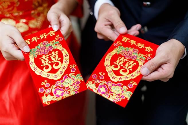 婚礼前闹翻,朋友不发喜帖,却传Line贴出帐户照片讨红包,让人看了大开眼界,引起网友热议。(示意图/Shutterstock)