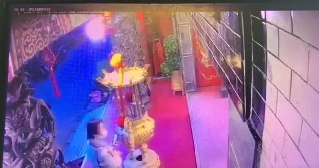 書法名家劉女接到日籍「中村先生」指示,到文林北路一處宮廟與蘇婦進行面交,沒想到卻遭誘捕,當場被警方以詐欺車手逮補。(圖/翻攝畫面)