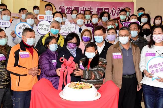 彰化县长王惠美(左三)为在鬼门关前走一回,心肌梗塞后康復痊癒的彰化县民们切蛋糕庆祝重生。(谢琼云摄)