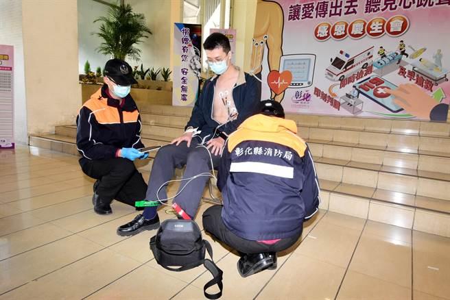 彰化县消防局救护人员现场示范12导程心电图仪器的操作流程。(谢琼云摄)