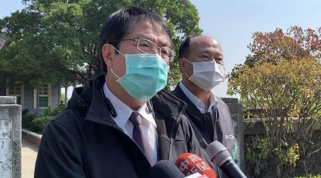 台南市長黃偉哲(左)19日表示,針對新冠肺炎疫情擴大,台南夜市用餐區未來將加裝隔板。(李宜杰攝)