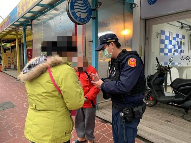 17日16時許,一名70歲老先生跌坐於蘆竹區南農市場旁,員警獲報後欲駕駛巡邏車載老先生返家休息,沒想到卻遭婉拒。(姜霏翻攝)