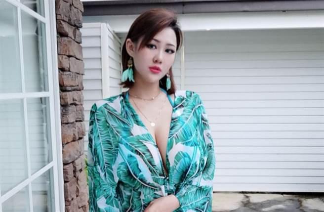 洪蓉擁有傲人上圍,被封為「I級艷后」。(圖/翻攝自臉書)
