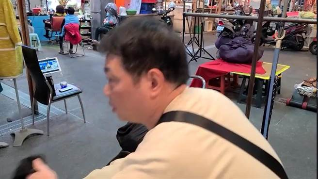卖衣服的老板说,每天下午2点收摊时都会边开平板看中央流行疫情指挥中心直播,19日看到南门市场被点名,「头皮都发麻了!」(蔡依珍摄)