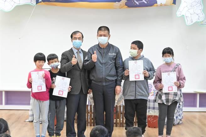 南市議員林志展(右三)自費近20萬元,為台南8所小校學生買書。(讀者提供/李宜杰台南傳真)