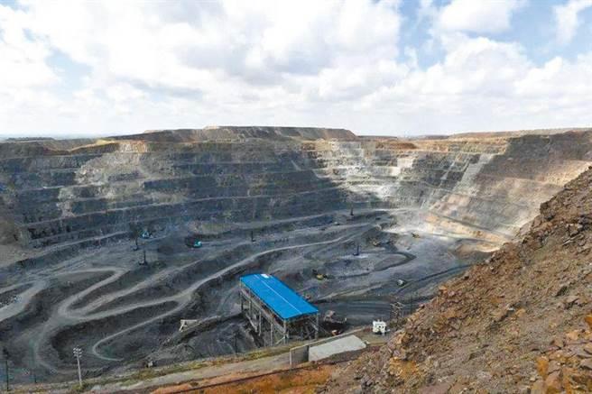陸媒指出,未來大陸可能採取必要措施限制或者停止稀土開採、稀土冶煉分離。圖為內蒙古自治區的白雲鄂博礦區,是世界最大的稀土礦。(新華社資料照片)