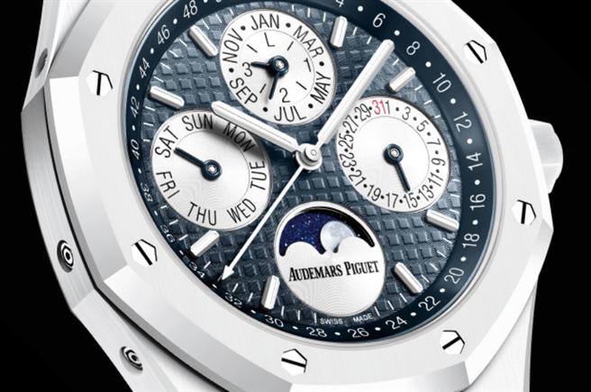 警方遺失的名錶是限量款「白陶瓷萬年曆」身價超過3百萬賠(翻攝愛彼錶官網)