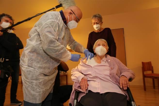德國也傳出有8名年老重症者因接種疫苗造成7人死亡與1人永久性傷害,年齡在79至93歲之間,皆患有嚴重慢性疾病。圖為德國為養老院的年長者接種疫苗。(圖/美聯社)