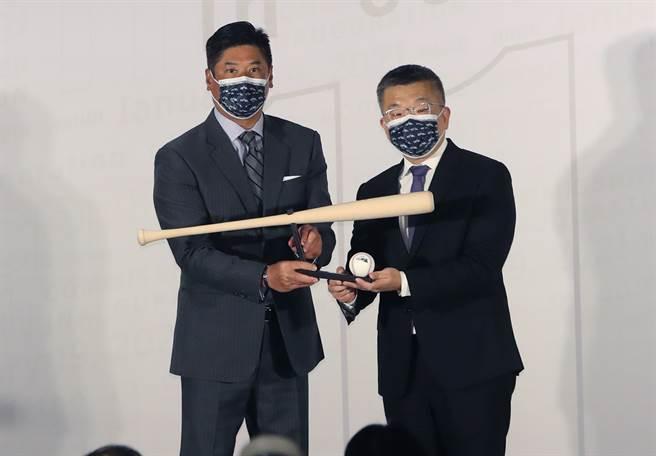 蔡其昌(右)接任中職會長,接受中華棒協理事長辜仲諒(左)致贈禮物,是一支球棒。(資料照/鄭任南攝)