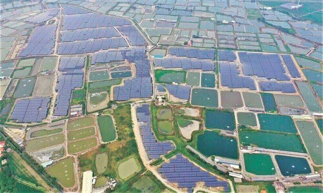 大亞集團本業已由線纜產品擴大至「能源串接」產業,包括能源產生、傳輸、儲存到轉換等;圖為大亞集團旗下心忠電業臺南學甲76MW太陽能電廠空拍圖。圖/大亞集團提供