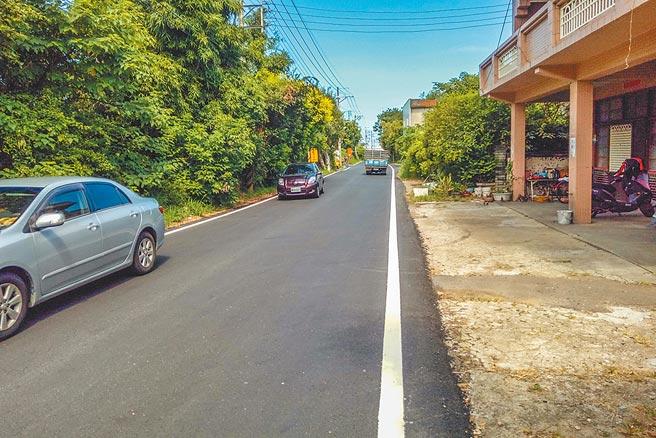 新豐鄉台61線與台15線銜接道路最窄僅6米,雙向會車不易,縣府列入十大交通建設計畫,將拓寬到20米。(羅浚濱攝)