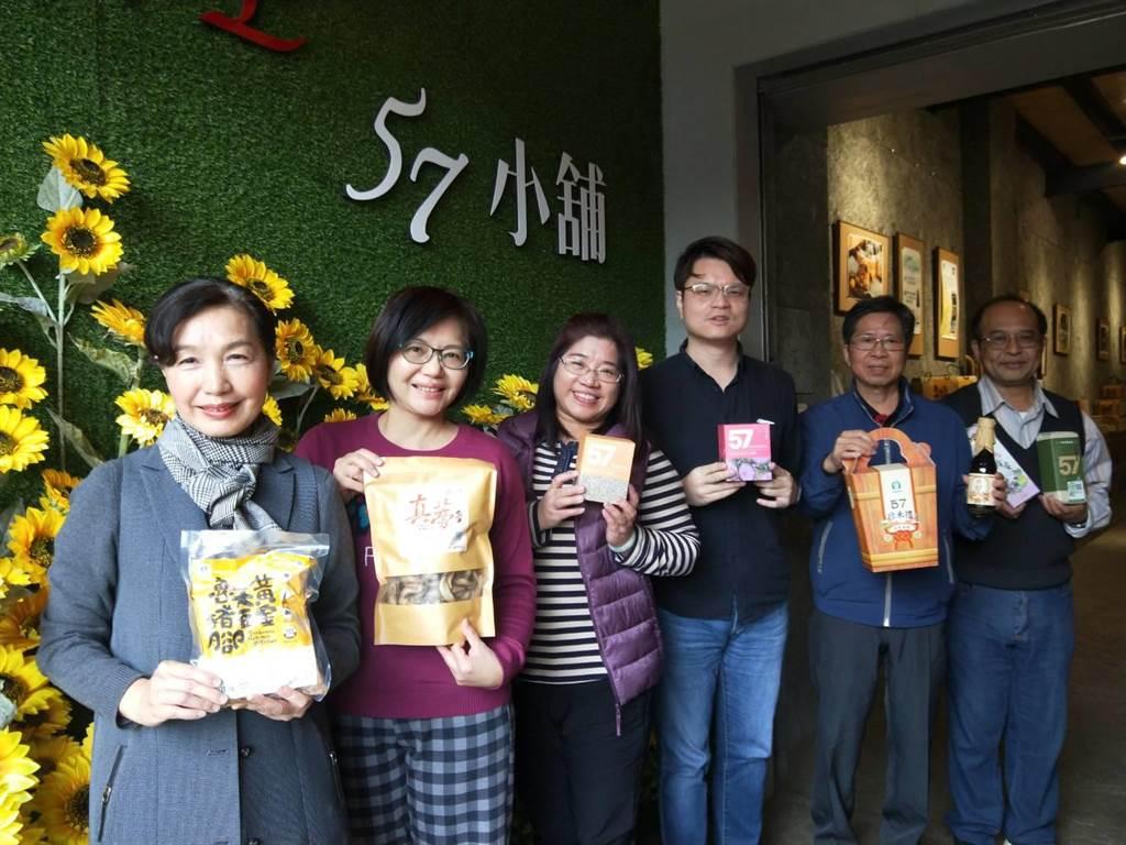梧棲區農會總幹事王秝毅(左一)帶領「57小舖」員工在首波農遊劵中創造高營業額。(陳淑娥攝)