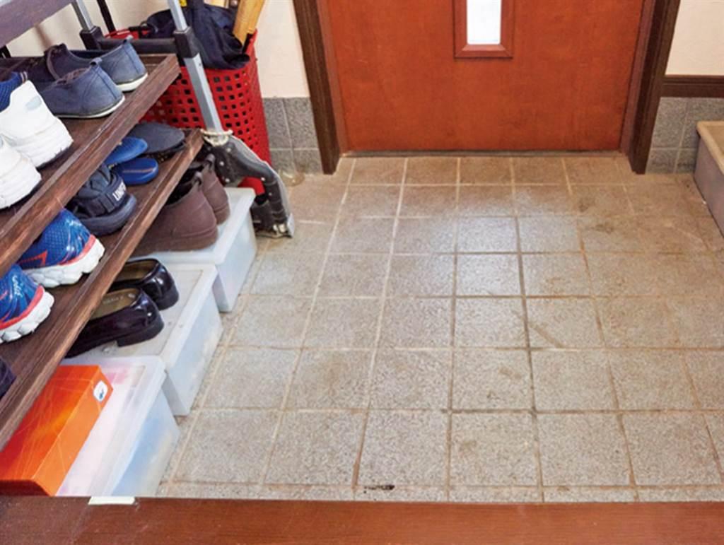 地板上的鞋子消失了!-以前堆放在地板上的鞋子都不見了,打掃變得非常容易。(圖片提供/台灣廣廈)