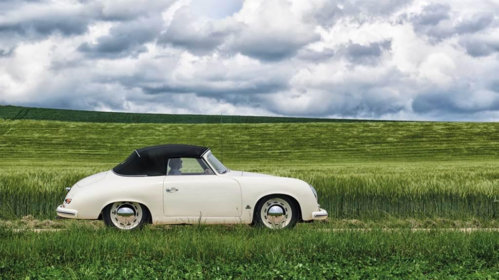 早在1948年,Porsche的第一部量產車356就是一部Roadster敞篷車,並且同樣也是中置引擎的配置。在1950年代,550和718賽車也採用了相同的佈局。而Boxster的名稱即是Boxer與Roadster的結合。