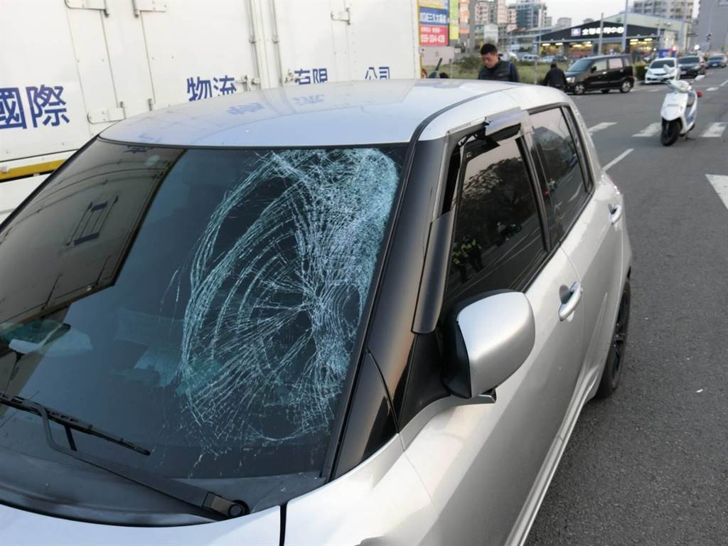 郑女的自小客车左前车头受损。(警方提供/陈世宗台中传真)
