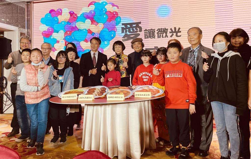 社團法人台灣陽光婦女協會與賴建川,20日在台中寶麗金市政店席開35桌,邀請課照班的孩子及家長圍爐,藉此激勵他們認真念書翻轉未來。(陳世宗攝)