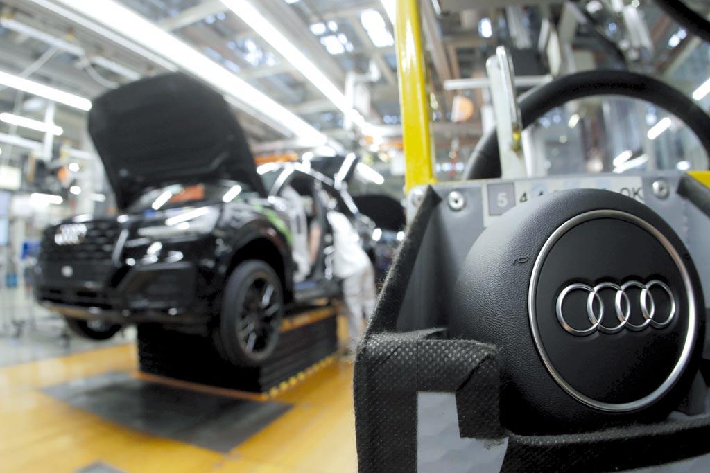 奧迪德國與墨西哥廠房的生產工作和排班受晶片短缺影響,有一萬名勞工休無薪假。圖/美聯社