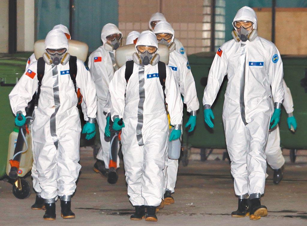 部立桃園醫院爆發新冠肺炎院內群聚感染,國軍化學兵19日前往桃園醫院,支援消毒任務。(范揚光攝)