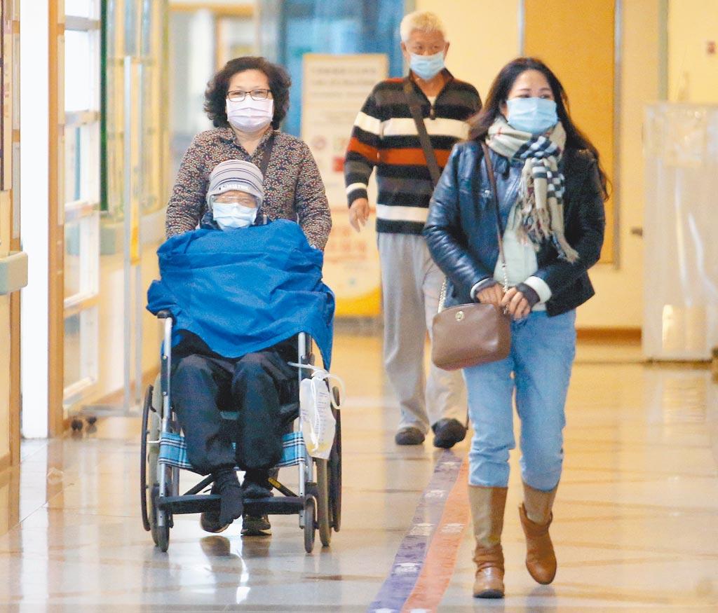 部立桃園醫院院內群聚感染擴大,指揮官陳時中昨宣布執行醫院清空計畫。圖為少數民眾19日仍前往看診。(范揚光攝)