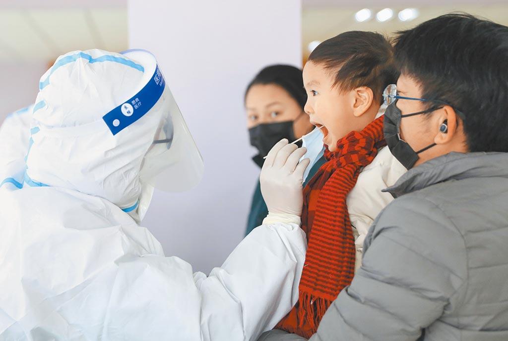 台灣新冠肺炎篩檢費比大陸貴19倍,衛福部長陳時中面對質疑表示「我們比較準啊」,遭前民進黨立委沈富雄炮轟「僚氣十足」。圖為大陸小朋友進行核酸檢測。(新華社)