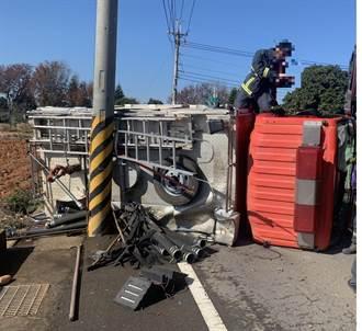 消防車道路駕訓自撞電桿致水箱車翻車  1消防員輕傷