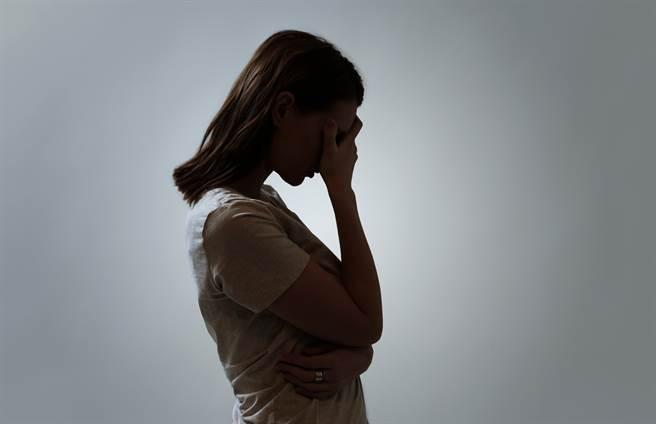 越南人妻被丈夫哄騙整成H罩杯,之後慘被餵毒逼賣淫還丈夫賭債。(示意圖/達志影像/Shutterstock提供)