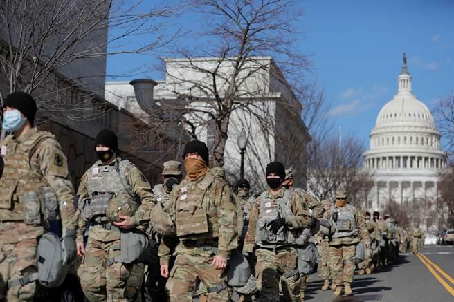 在美国总统当选人拜登的就职典礼前夕,大批国民兵1月19日巡逻国会大厦周边。(路透)
