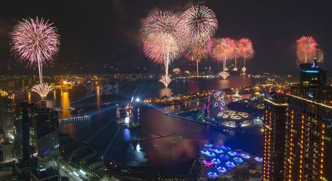 別於以往,高雄2021跨百光年煙火秀,採繞港方式呈現,點亮港灣特有文化。(圖/黃敬文攝)