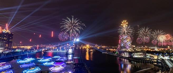 綿延港灣的絢爛煙火,象徵港都的美好前程。(圖/莊詠森攝)