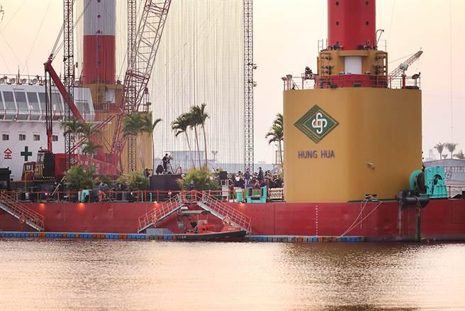 台灣有這麼一艘「萬能平底船」,可以救難、搭建旋轉橋,又能完成離岸風電的布建。(圖/Carter攝)