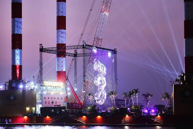 全台最大海事平台工作船宏禹一號化身成為2021高雄跨年的「海上舞台」。(圖/Carter攝)