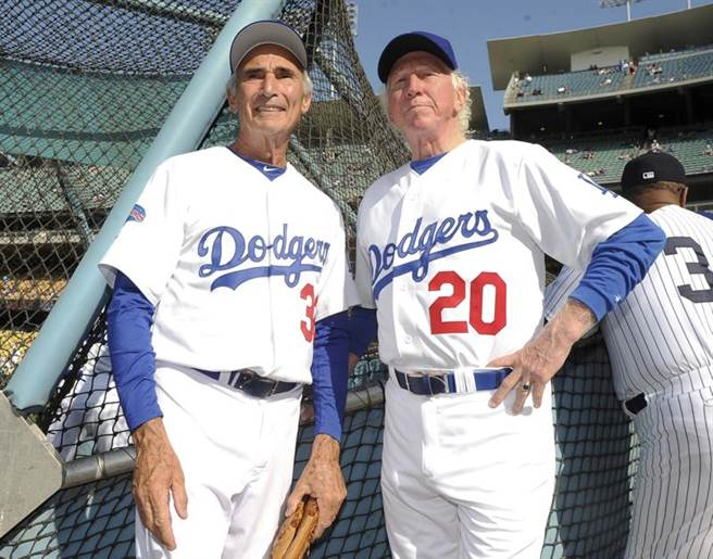 前道奇隊巨投沙頓(右)辭世,享壽75歲,左為另一位著名投手柯法斯。(美聯社資料照)