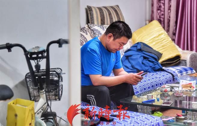 桂军民看着妻子「睡」在罐内满是不舍,他为妻子保留了住家原貌、纪录了生活点滴,也自愿成为冷冻人,期盼50年后2人再度结成连理,再续后半生的夫妻之情。(图/翻摄自《新时报》)