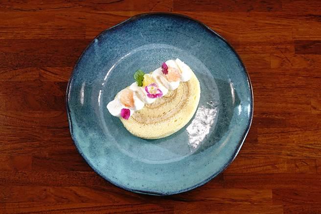 來自高雄大社在欉有機土芭樂,與法國奶油、 日本麵粉、靈芝蛋、有機檸檬汁製作,變身法式「土芭樂蛋糕捲」。(圖/曾信耀攝)