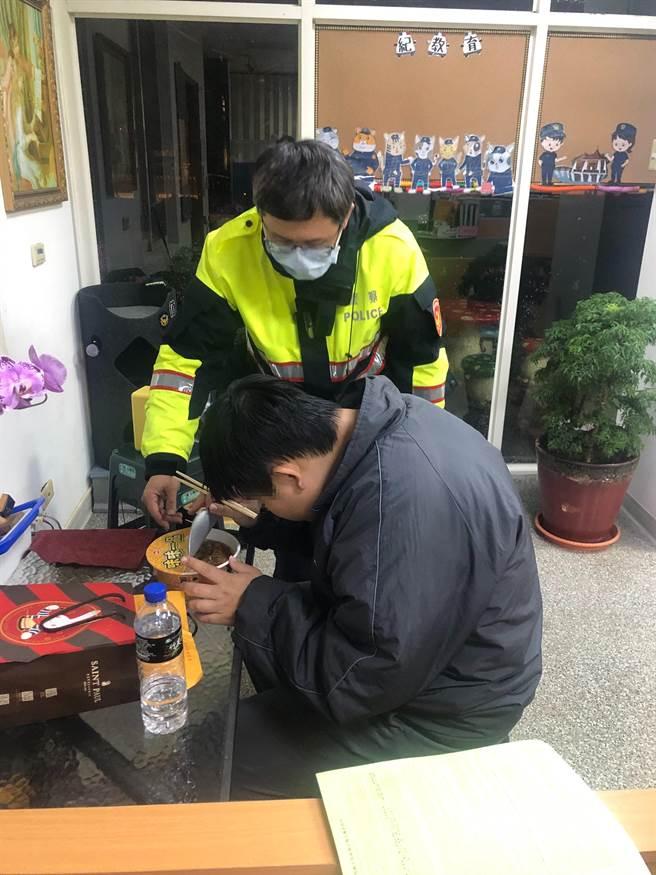 丁男(前)患有中度智能及視覺障礙,卻對調製飲料十分有興趣。(張妍溱翻攝)