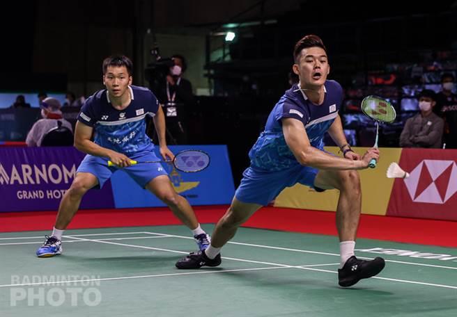 台灣男雙組合王齊麟(右)、李洋(左)在豐田泰國羽球公開賽男雙第一輪直落二過關。(Badminton Photo提供)