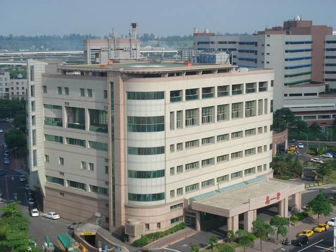 高雄榮總公告將收治新冠肺炎病患。圖為高雄榮總醫院。(資料照 邱仁旭/攝)