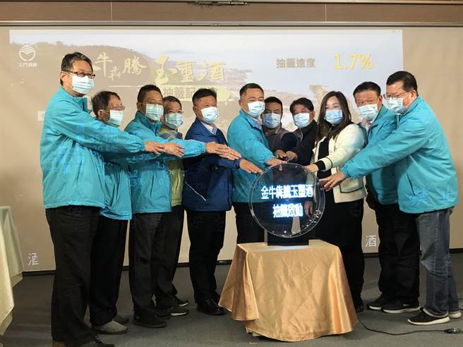 杨镇浯县长今偕5乡镇长从11万6021位设籍公民中,抽出4000位拿到压岁「红包」的幸运买主。(李金生摄)