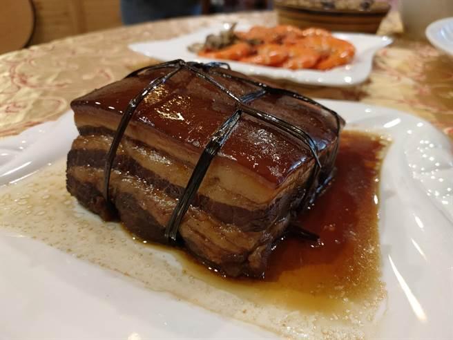 沈佑澤說,台灣溫體豬一定是品質比較優質,這點無庸置疑,他所製作的東坡肉也是使用台灣溫體豬。(吳建輝攝)
