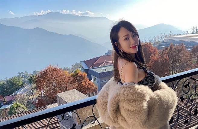 林佩瑤一個轉身,讓她傲人上圍曲線全現形。(圖/取材自林佩瑤 Instagram)