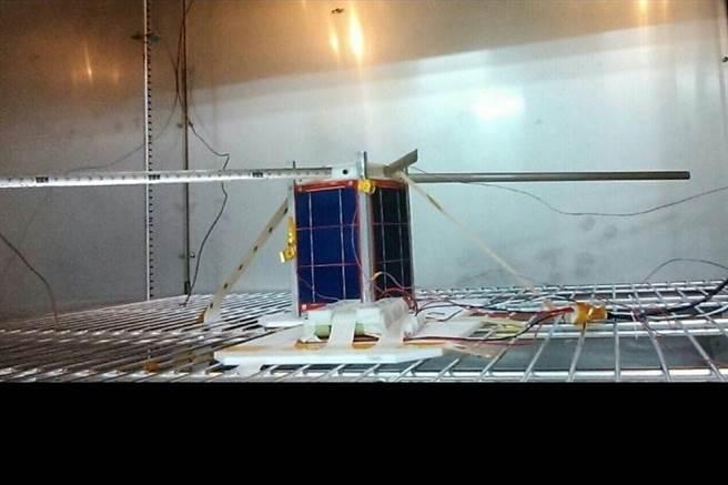 基隆國立台灣海洋大學研發的「玉山衛星」進行太空熱輻射測試。(國立台灣海洋大學提供/陳彩玲基隆傳真)