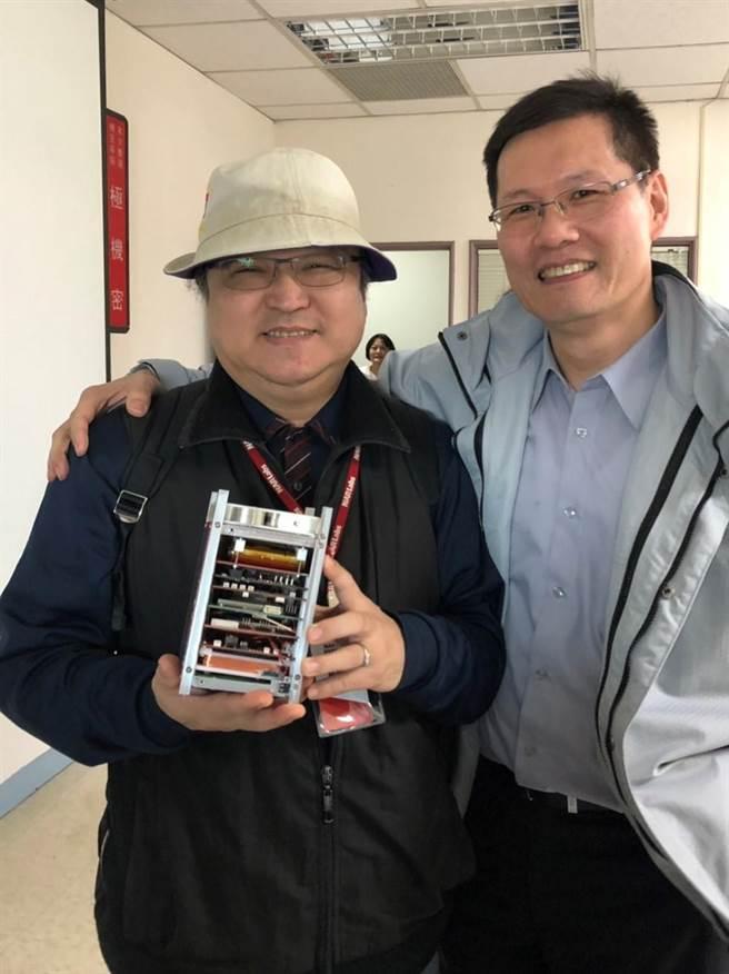 運輸科學系副教授高聖龍(左)說,AIS可蒐集全球海上交通與海水文氣象大數據資料。(國立台灣海洋大學提供/陳彩玲基隆傳真)