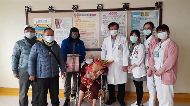 童綜合醫師黃清順 (右四)與醫護以及患者家人(左一二三),開心慶祝99歲阿嬤(中)出院。(梧棲童綜合提供/陳淑娥台中傳真)
