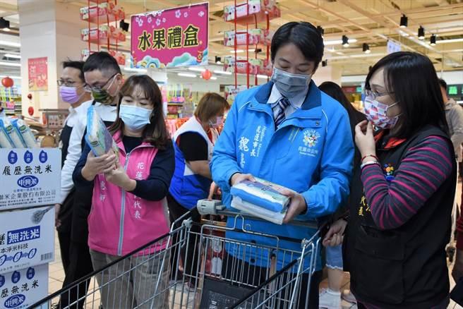 市長魏嘉賢(中)今天到家樂福,了解弱勢照顧戶可購買的的日用品種類。(花蓮市公所提供/王志偉花蓮傳真)