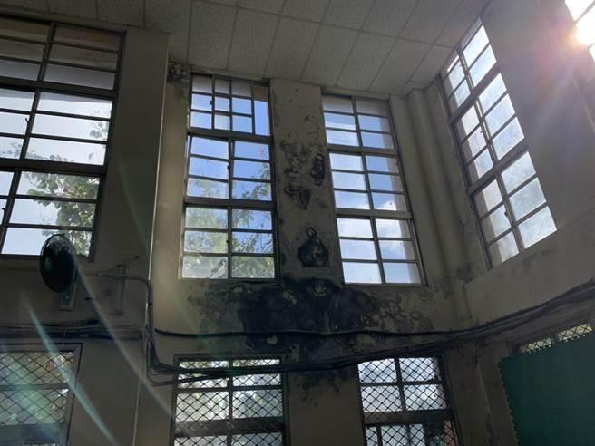仙洞國小百年體育館破損 議員為維護學童安全 全力爭取修繕。(張秉鈞提供/吳康瑋基隆傳真)