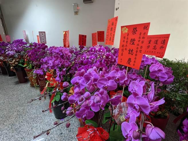 台南市新任警察局長方仰寧(左)義賣親友、部屬送他的蘭花賀禮,募到10萬元捐給家扶興學。(莊曜聰攝)